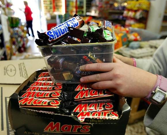 Mars Bars seen on the shelves of a convenience store in Sydney July 2, 2005. - RTXNM5S